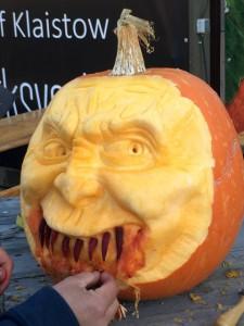 Halloween Horror-Kürbis - schreckliches Monster-Gesicht mit Blut