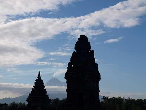 Prambanan Tempel auf Java - Tempelanlage vor Vulkanen