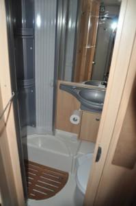 Bad im Wohnmobil - Dusche, Toilette und Waschbecken