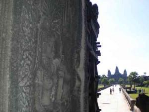 Damm und Blick auf Angkor Wat