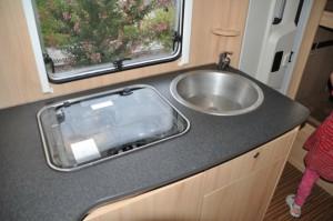 Küche im Wohnmobil - Gas-Herd, Waschbecken und Mini-Arbeitsplatte