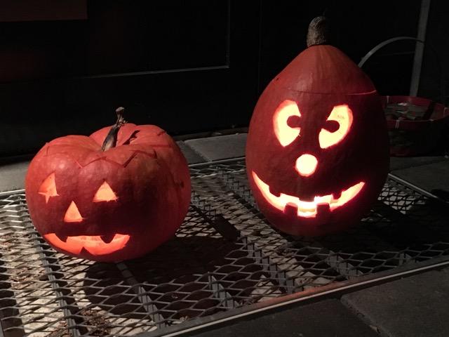 Kürbis-Gesichter an Halloween vor unserer Haustür