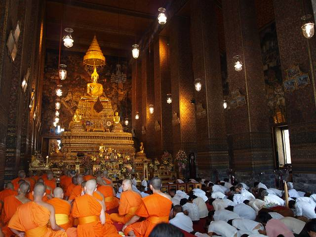 Mönche vor goldenem Buddha im Wat Pho Tempel