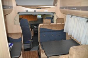 Sitzecke im Inneren - Bank und Tisch als Sitzgelegenheit im Wohnmobil