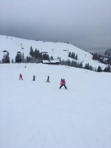 Kinder lernen Skifahren in der Skischule