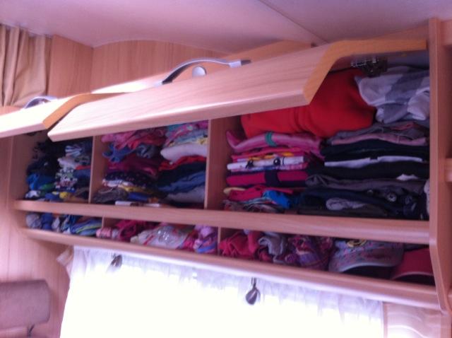 Stauraum im Wohnmobil -Fächer und Schrank für Kleidung