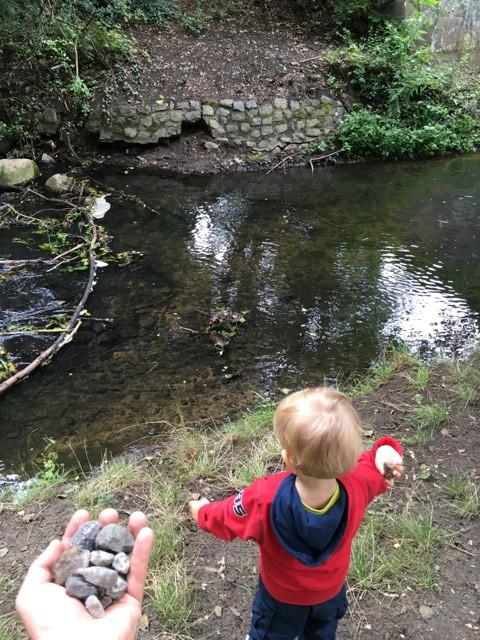 Steine ins Wasser schmeissen