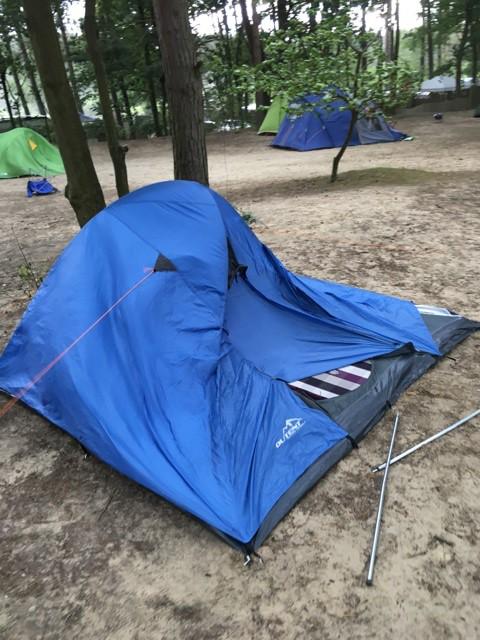 Der Sturm drückt das Zelt ein