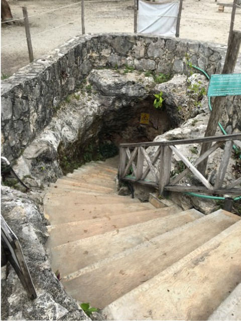 Eingang zur Unterwelt? Zugang zur Cenote bei Coba